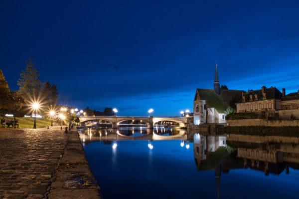 Die Ufer der Yonne und die Kirche Saint-Maurice in Sens