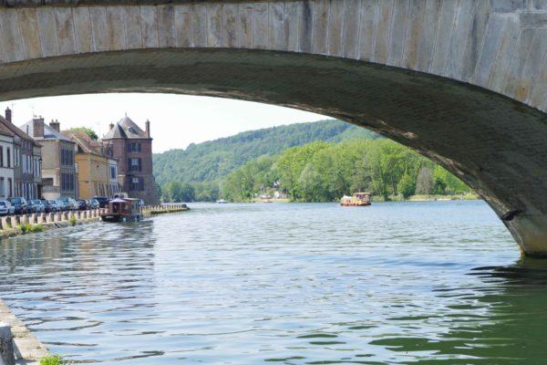 Die Brücke Saint-Nicolas und die Ufer der Yonne in Villeneive-sur-Yonne